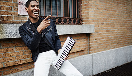 american-singer-jon-batiste-with-his-keyboard-1530092302
